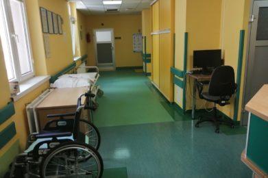 korytarz - żółte ściany, zielona podłoga