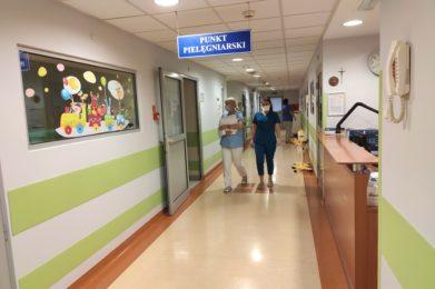 oświetlony korytarz, w górze napis: punkt pielęgniarski