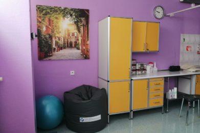 sala - fioletowe ściany