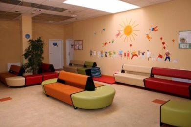 korytarz w poradni - rysunki na ścianach , kolorowe kanapay