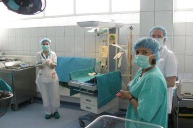 na zdjęciu personel, w tle sprzęt medyczny